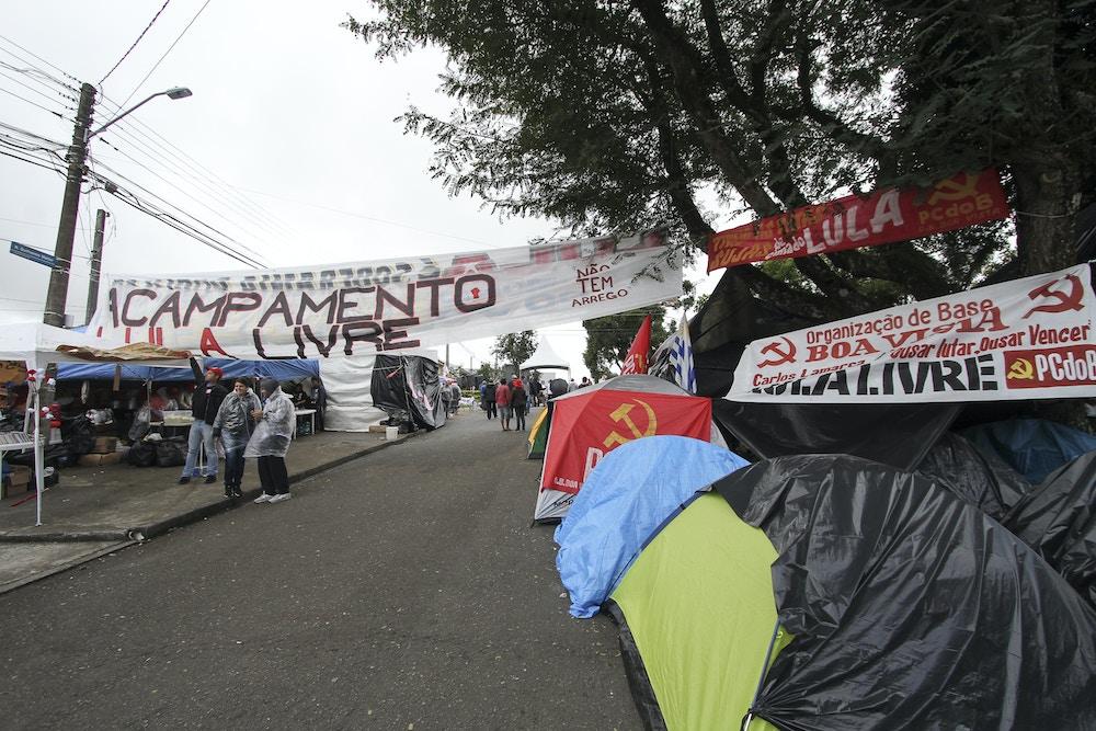 CURITBA,PR,16.04.2018:ACAMPAMENTO-MST-PF - Movimentação no acampamento do MST nas redondezas da sede da Polícia Federal, em Curitiba (PR), nesta segunda-feira (16). Os manifestantes estão se revezando no local desde a prisão do ex-presidente Luiz Inácio Lula da Silva no último dia 07. (Foto: Rodrigo Félix Leal/Futura Press/Folhapress)