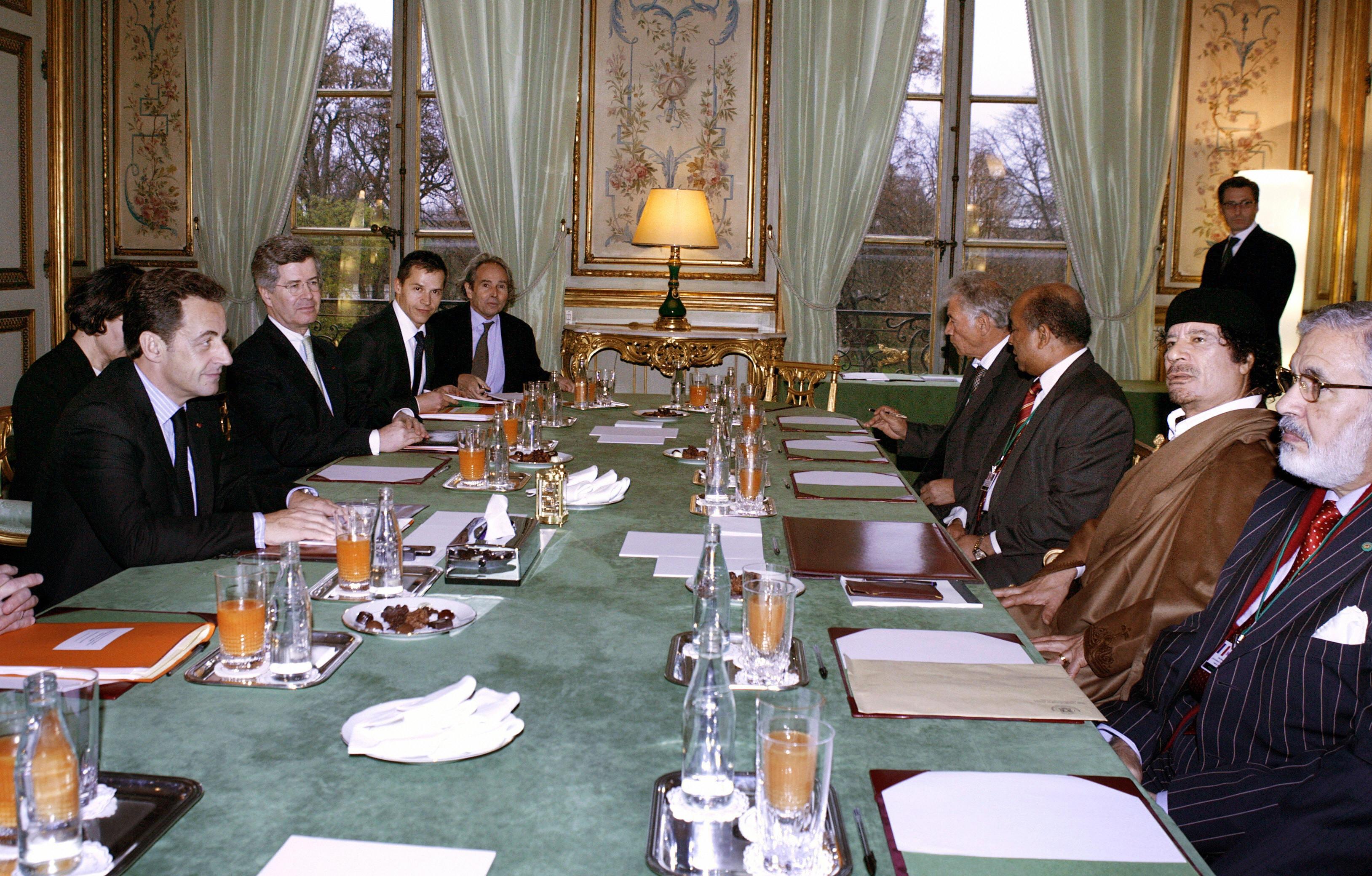 Frenc president Nicolas Sarkozy (L) pose