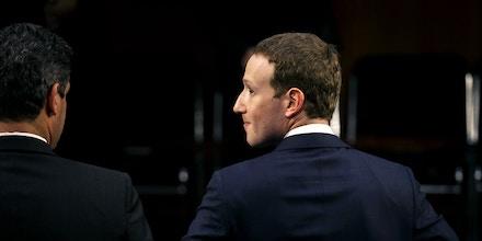 Mark Zuckerberg, CEO e fundador da empresa Facebook Inc., sai para o intervalo durante uma audiência conjunta dos comitês Judiciário e de Comércio do Senado, em Washington, D.C., em 10 de abril de 2018.
