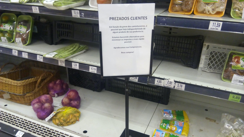 Devido à greve dos caminhoneiros, produtos estão faltando nas prateleiras dos supermercados.