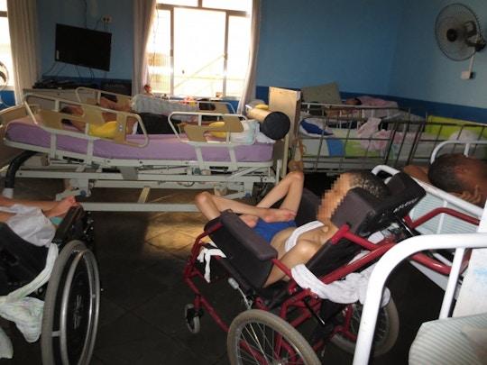 Quarto lotado em uma instituição para pessoas com deficiência