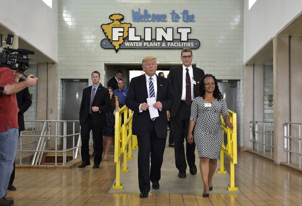 Republican presidential nominee Donald Trump tours the Flint water plant with utilities adminstrator Jolisa McDay (R) on September 14, 2016 in Flint, Michigan. / AFP / MANDEL NGAN        (Photo credit should read MANDEL NGAN/AFP/Getty Images)