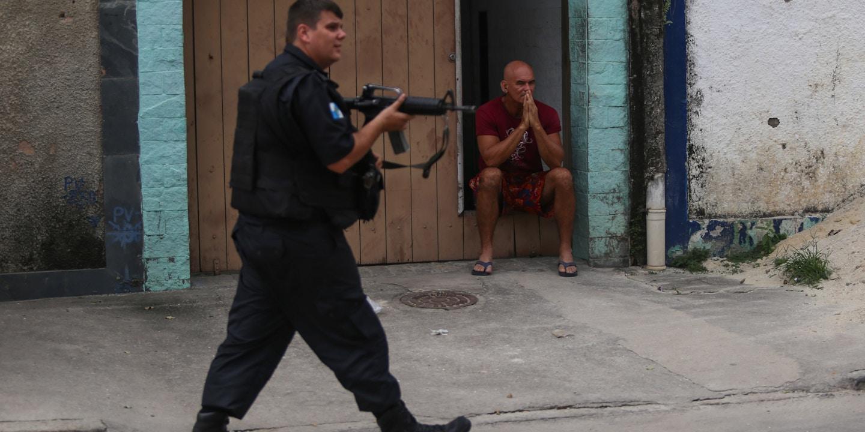 Operações de policiais no Rio de Janeiro reforçam política de confronto na Segurança Pública.