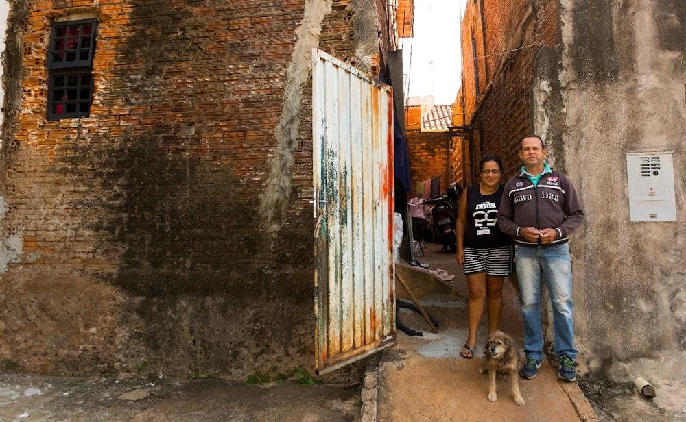 Ronaldo Pereira (na foto com a mulher, Regina Pereira, em frente a sua casa) é professor temporário do estado de São Paulo. Fotografia: Gabi di Bella