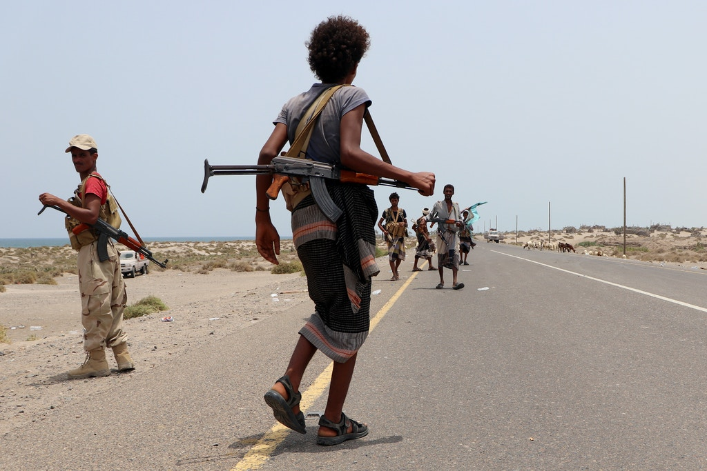 Fighters from the Tihama Resistance move towards the village of Al Buqa, Hodeidah