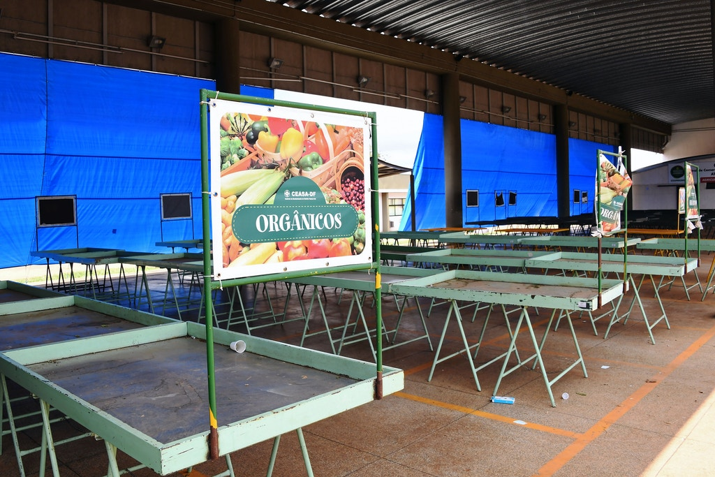 View of the empty Brazilian family farmers' stall at Brasilia's Central Food Supply (CEASA), on May 25, 2018. - The CEASA is supplied daily by more than 3000 trucks, but due to the nation-wide truckers' strike, it is receiving less than 50 trucks per day, causing severe food shortages in Brasilia, as well as the rocketing in the prices of fruits and vegetables in some places up to 400 percent. (Photo by EVARISTO SA / AFP)        (Photo credit should read EVARISTO SA/AFP/Getty Images)