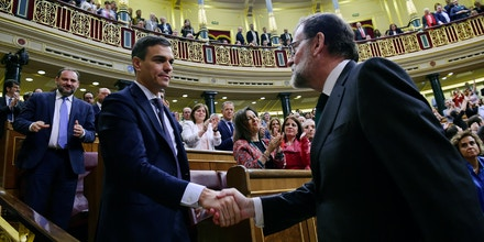 MADRID, SPAIN - JUNE 01:  Spanish new Prime Minister Pedro Sanchez (L) shakes hands with former Prime Minister Mariano Rajoy (R) after Sanchez won the no-confidence motion at the Lower House of the Spanish Parliament on June 1, 2018 in Madrid, Spain. PSOE party filed a no-confidence motion against Mariano Rajoy as a reaction to the People's Party (PP) being convicted on the Gurtel corruption case.  (Photo by Pierre-Philippe Marcou - Pool/Getty Images)