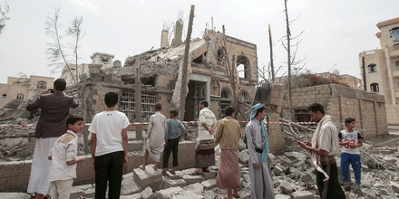 dpatop - Yemeni men inspect the rubble of a destroyed house after it was hit by Saudi-led airstrikes in Sanaa, Yemen, 06 June 2018. Photo by: Hani Al-Ansi/picture-alliance/dpa/AP Images