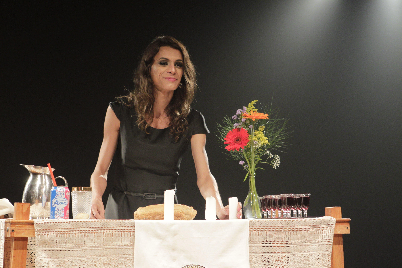 """A atriz Renata Carvalho em cena do espetáculo """"O Evangelho Segundo Jesus""""."""