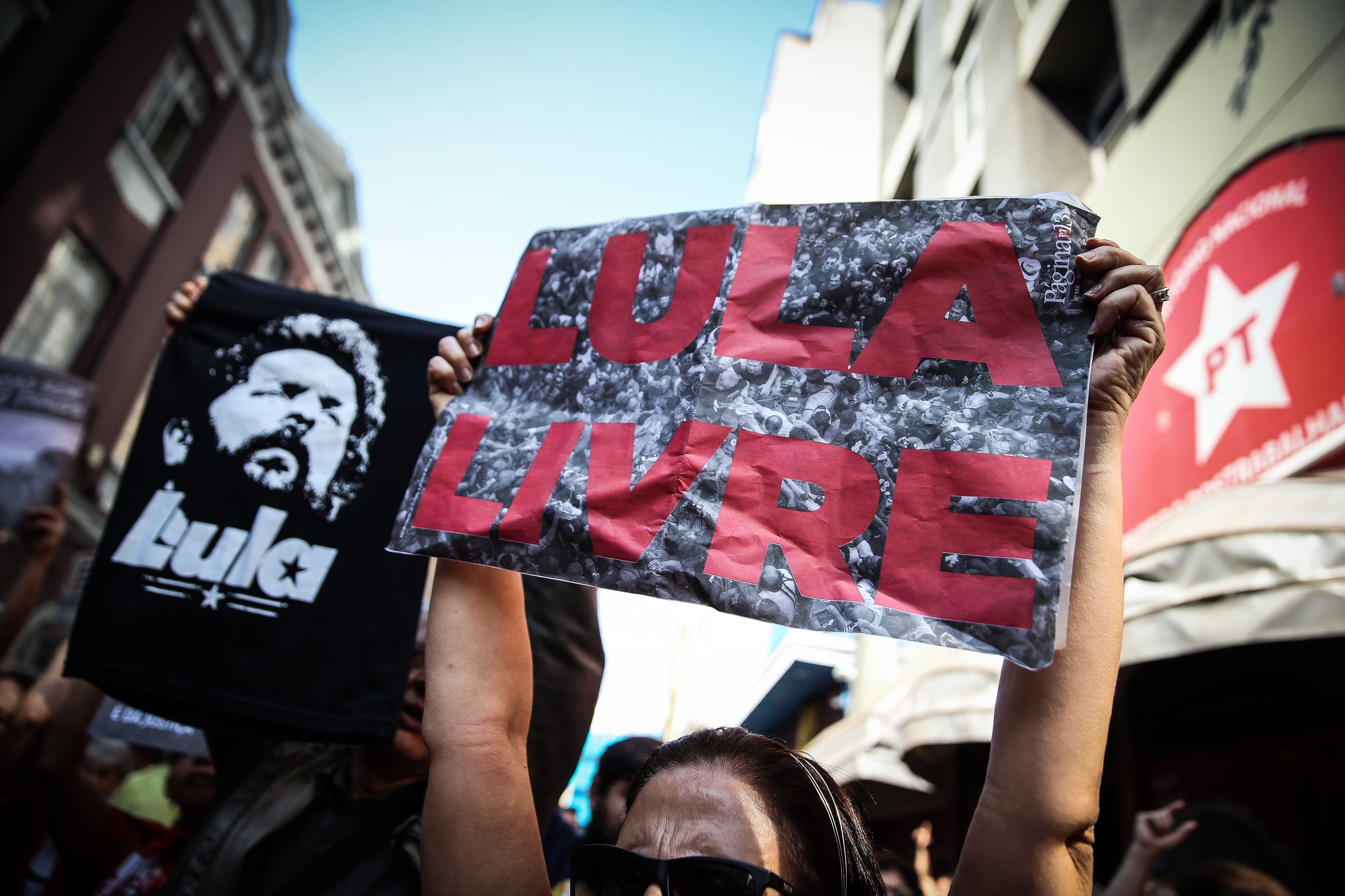 Manifestantes pró-Lula se reúnem em frente ao diretório do PT, em São Paulo.