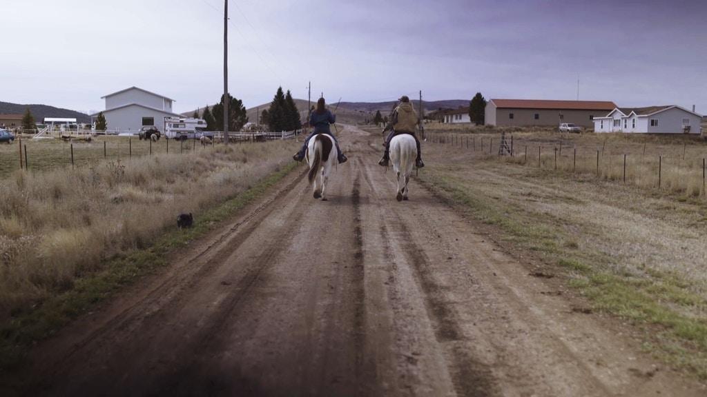 Jessica Robertson (à esquerda) e Tina McClellan (à direita) cavalgando para casa, em Indianola, Utah. Fotografia: Armando Aparicio.