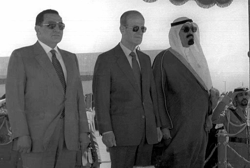 O presidente do Egito, Hosni Mubarak (esquerda), ao lado do presidente da Síria, Hafez al-Assad (centro) e do príncipe Abdallah da Arábia Saudita, no dia 8 de junho de 1996, no Aeroporto de Damasco, depois de uma reunião de dois dias na capital síria.