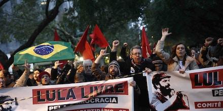 Manifestantes protestam pela soltura de Lula em frente ao TRF-4 em Porto Alegre, neste domingo.
