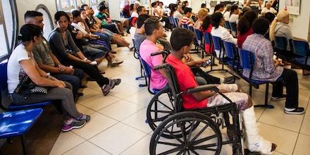 SÃO PAULO, SP, BRASIL, 14-10-2013: Pacientes esperam atendimento no Hospital Geral do Grajaú, em São Paulo (SP). Segundo atendentes do Hopital, existe uma fila de espera de no mínimo três horas para atendimento. (Foto: Bruno Poletti / Folhapress)