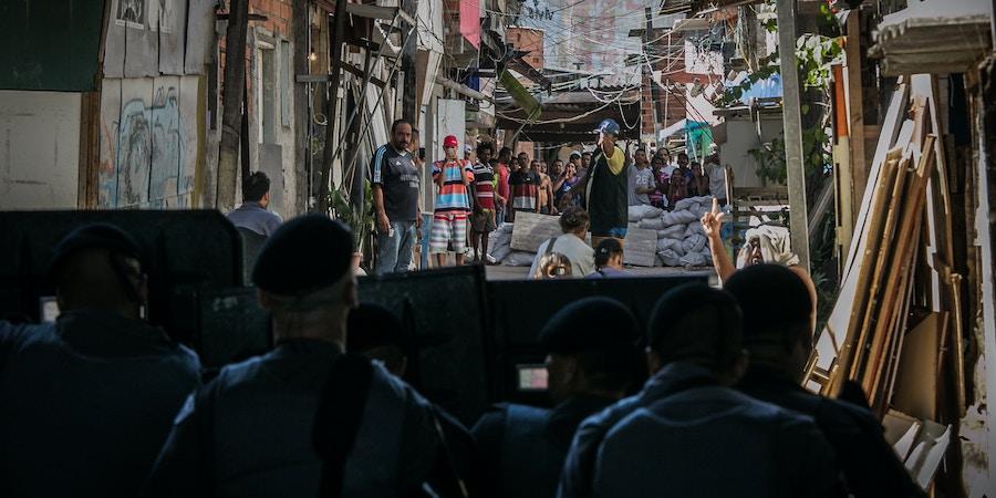 Moradores da favela do Moinho, no centro de São Paulo, entram em confronto com a polícia após suposta morte de morador por policiais, em junho de 2017.
