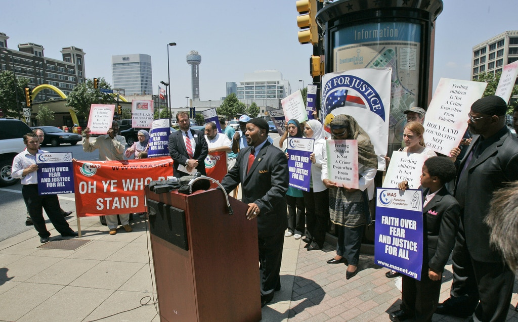 Mahdi Bray, executive director for the Muslim American Society, speaks to reporters  outside a federal court building, in support of the  Holy Land Foundation for Relief and Development and Holy Land's top officials who are on trial ,  Tuesday, July 24, 2007, in Dallas.  Holy Land Foundation, a Muslim charity in the United States,  funneled millions of dollars to the Middle East to help the militant group Hamas try to defeat Israel and replace it with an Islamic state, a U.S. prosecutor told a jury Tuesday.  (AP Photo/Donna McWilliam)