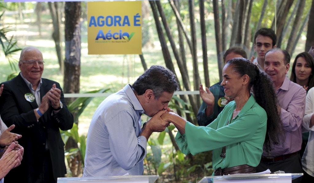 Aécio Neves, candidato do PSDB à Presidência da República em 2014, beija mão da candidata derrotada da Rede, Marina Silva.