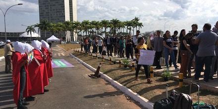 Em frente ao STF, religiosos optam pela surdez e gritam orações para não escutar argumentos de manifestantes pró-aborto