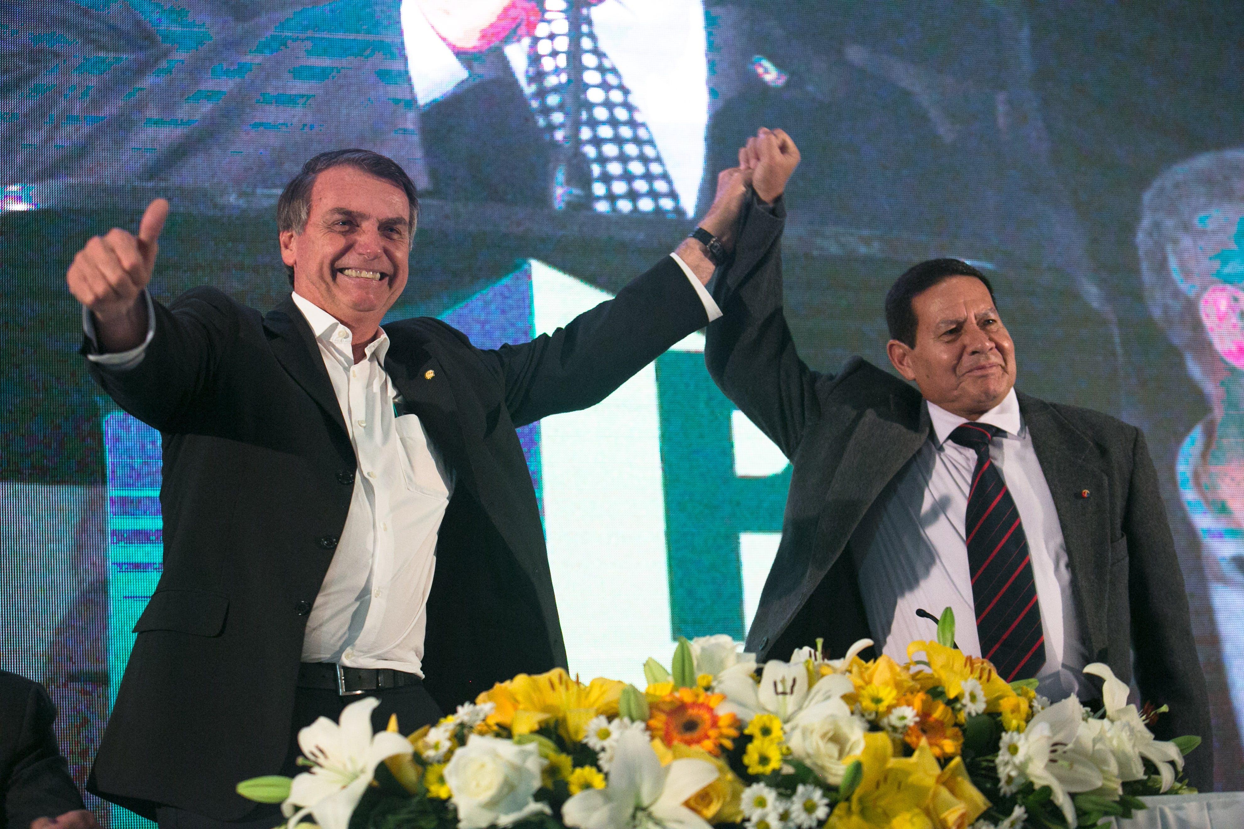 Jair Bolsonaro posa com o general Hamilton Mourão na convenção do PRTB, no dia 5 de agosto deste ano.
