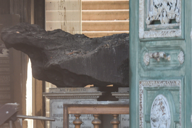 Meteorito de Bendegó encontrado em 1784, foi um dos poucos artefatos que sobreviveu às chamas.