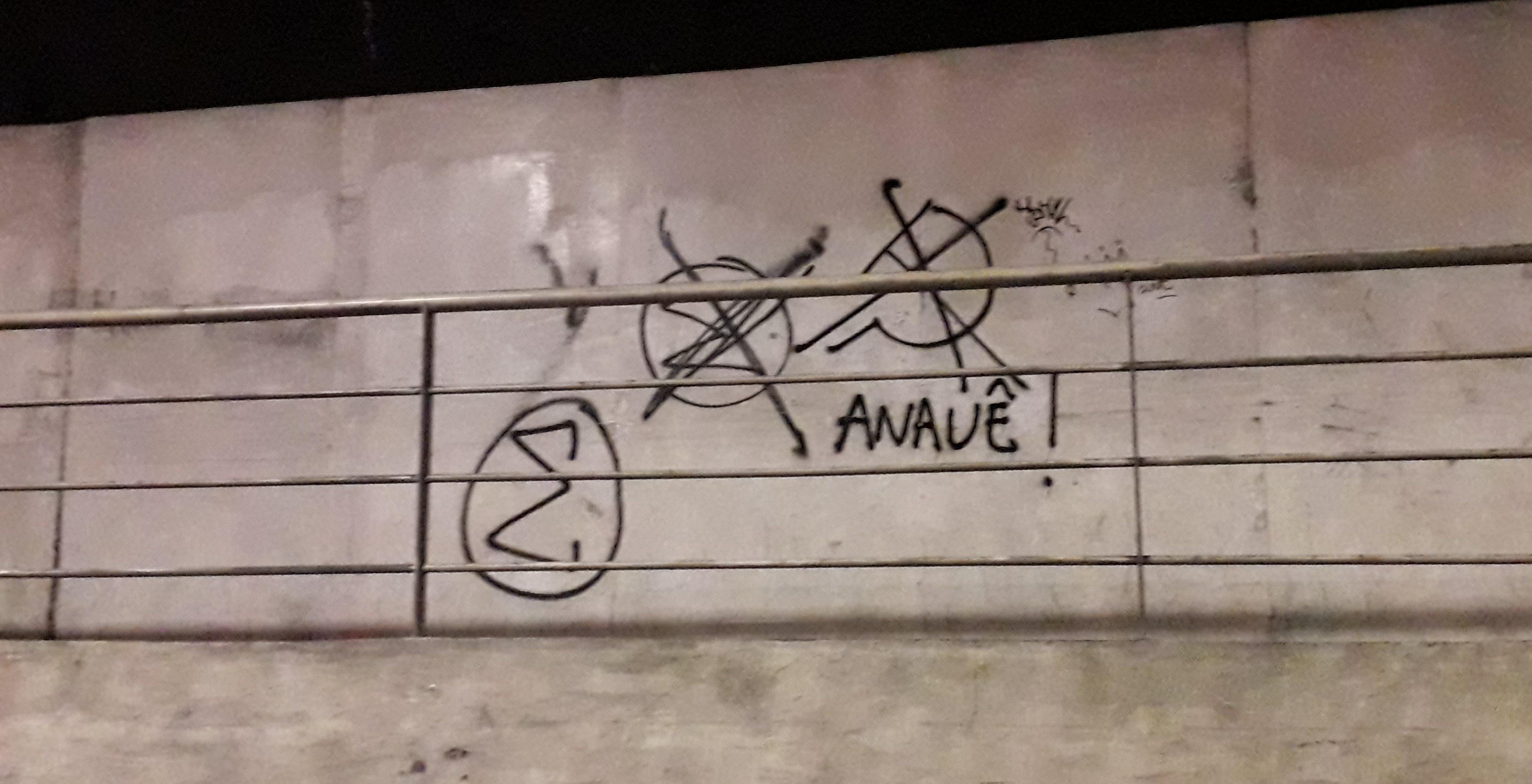 """No túnel Martim de Sá, no Rio, pichação com o símbolo (sigma) e a saudação (""""anauê"""") da Ação Integralista Brasileira, organização de extrema-direita dos anos 1930."""