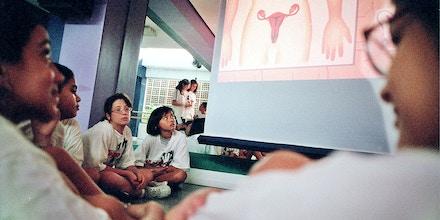 Educação sexual: Alunos do colégio Magno durante aula de iniciação sexual.