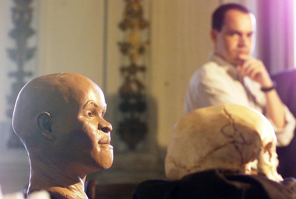 A reconstituição do rosto de Luzia, feita a partir do fóssil considerado o mais antigo de um ser humano nas Américas, apresentada no Museu Nacional, no Rio, observada pelo professor Ricardo Santos.
