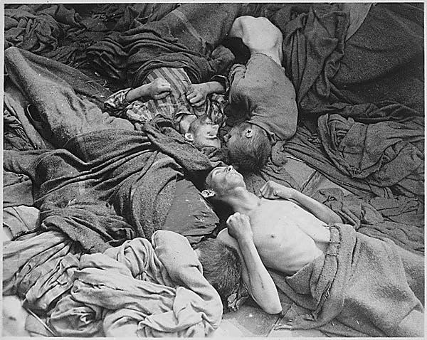Corpos esfomeados de prisioneiros transportados para o campo de concentração de Dachau que morreram no caminho. Alemanha, 30/04/1945.