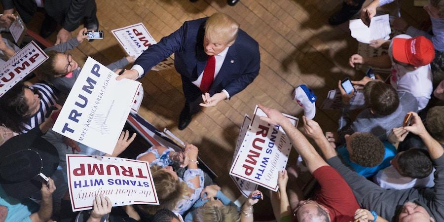 Donald Trump cumprimenta os participantes de um comício no Burlignton Memorial Auditorium durante a campanha para a presidência dos EUA, no dia 21 de outubro de 2015, em Burlington, Iowa.