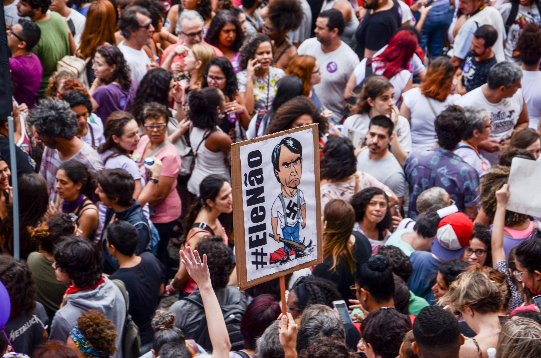 Mulheres realizam protesto contra o candidato a presidencia do Brasil, Jair Bolsonaro (PSL) e usam o termo que viralizou nas redes sociais #EleNao no bairro da Cinelândia, centro do Rio de Janeiro neste sábado, 29.