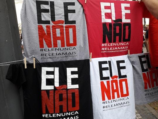 Camisetas à venda em protesto contra Bolsonaro, na Cinelândia, no dia 29.