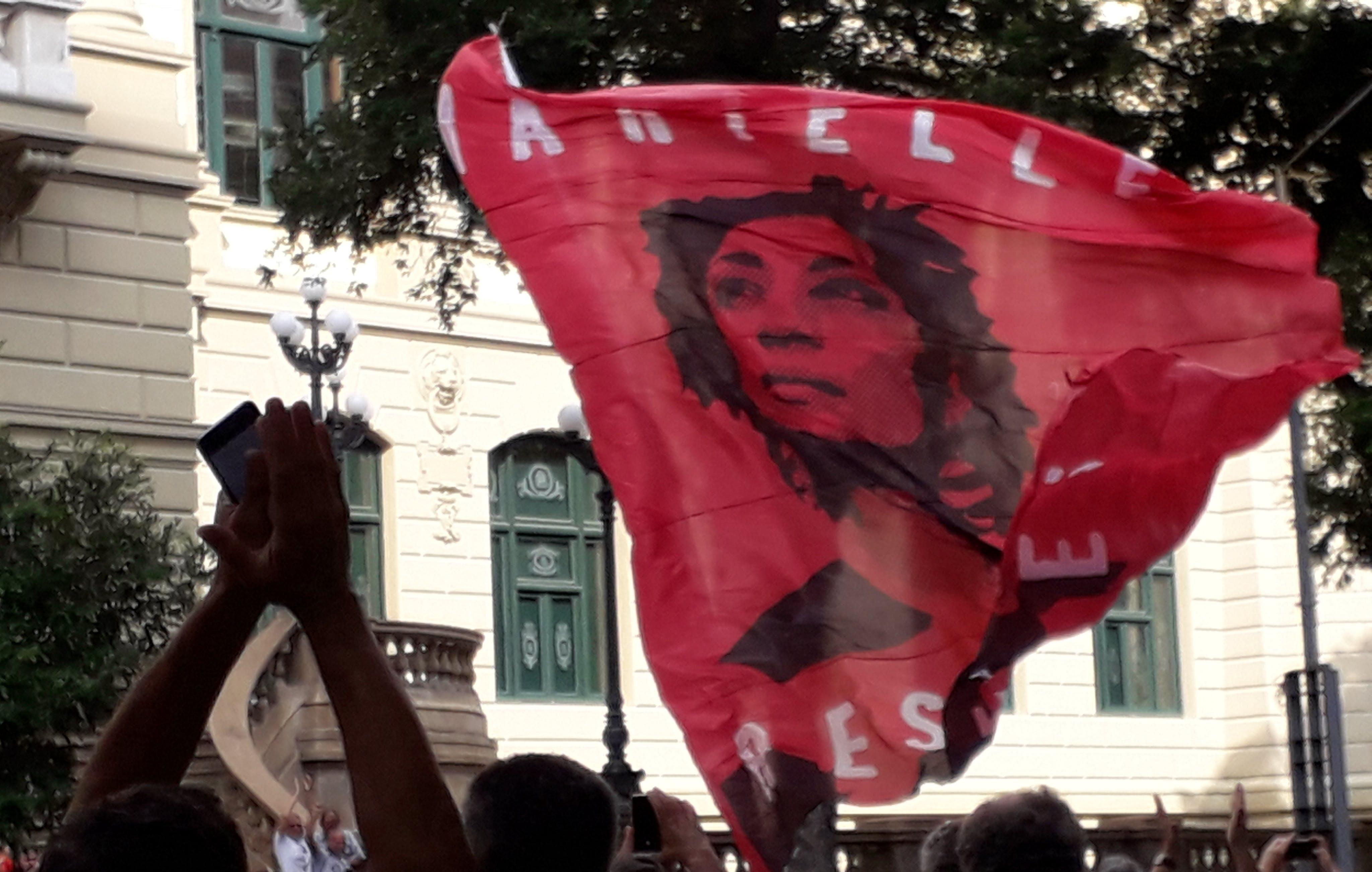 Bandeira em protesto contra Bolsonaro no Rio de Janeiro destaca Marielle, vereadora da cidade morta a tiros em março deste ano.