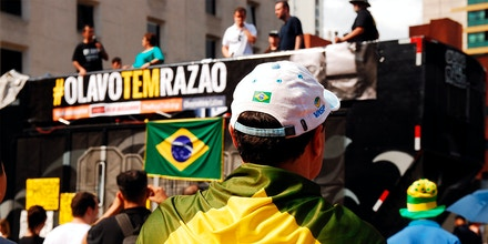 Durante os atos realizados pela nova direita, também é possível cruzar com faixas citando Olavo de Carvalho.