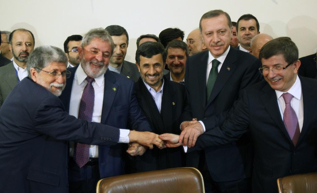 Da esquerda para a direita, o ex-ministro de Relações Exteriores, Celso Amorim, o ex-presidente Lula, Mahmoud Ahmadinejad, presidente do Irã, Recep Tayyip Erdogan, primeiro-ministro turco e Ahmet Dav Davutoglu, ministro turco, se cumprimentam em Irã, maio de 2010, antes de assinar acordo para enviar a maior parte do urânio enriquecido do Irã para a Turquia em um acordo de troca de combustível nuclear.