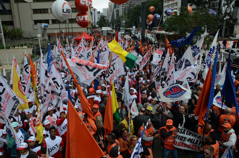 Manifestantes ligados a sindicatos protestaram na avenida Paulista, em São Paulo, contra o desemprego e juros altos em 2 de junho de 2015.