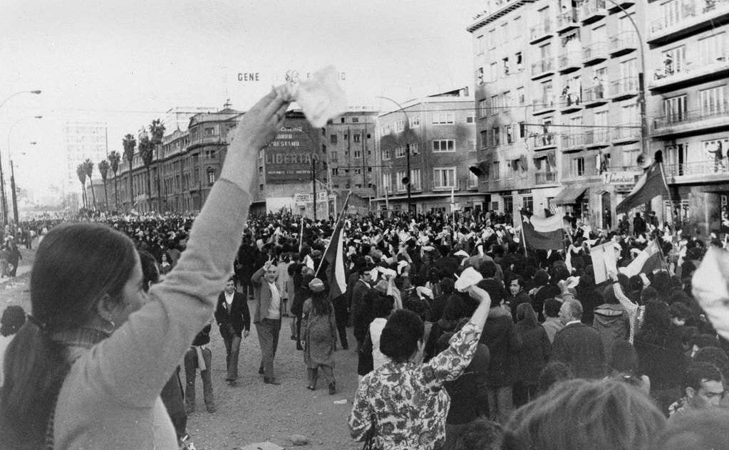 As mulheres acenam com lenços brancos ao exigir a renúncia do presidente Salvador Allende em Santiago, Chile, em 5 de setembro de 1973.