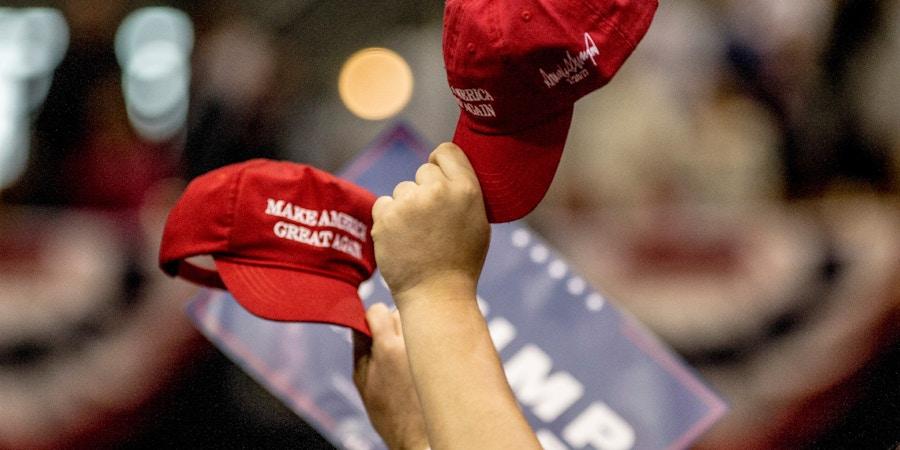 Apoiadores levantam seus chapéus durante um comício do presidente Donald Trump em 15 de março de 2017, em Nashville, Tennessee.