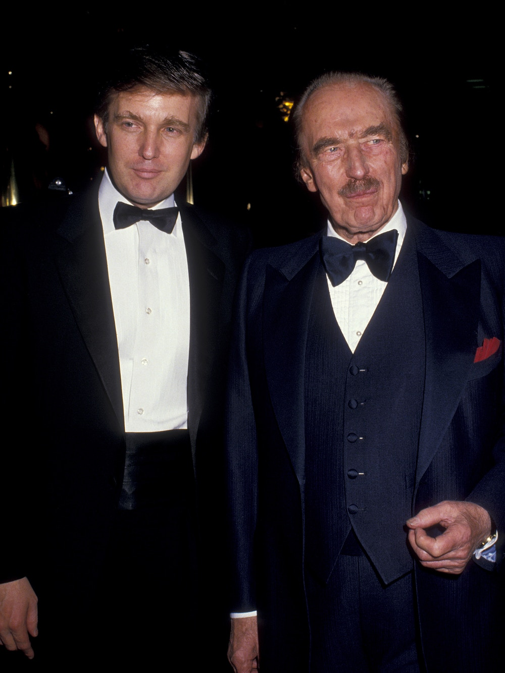 "Donald Trump e Fred Trump participam da festa do livro ""The Art of the Deal"" em 12 de dezembro de 1987 na Trump Tower, em Nova York."