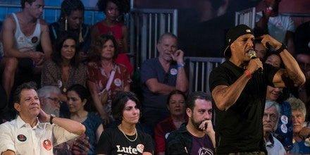 Durante o último comício de Haddad no Rio de Janeiro, Mano Brown subiu no palco a contragosto, disse não gostar do clima de festa e acabou vaiado. Um sinal claro de que quem estava ali ou não conhecia, ou havia se esquecido de tudo que ele cantou nas últimas décadas.