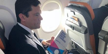 O juiz federal Sergio Moro em voo para o Rio de Janeiro, onde se reuniu com o presidente eleito Jair Bolsonaro (PSL), no dia 1º de novembro.