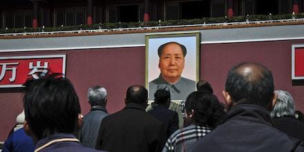 Visitantes olham retrato do ditador chinês Mao Tsé-tung (1893-1976) no Portão da Paz Celestial, em Pequim.