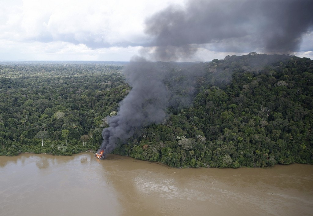 Grupo Especializado de Fiscalização do Ibama realiza operação de combate ao garimpo ilegal de ouro no rio Jamanxim, no Pará. Balsa usada para extração ilegal é destruída na Floresta Nacional Itaituba 2.