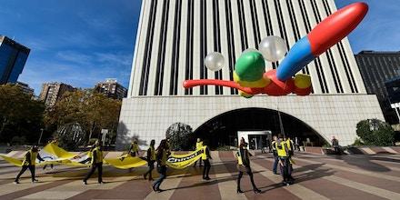 Ativistas da Anistia Internacional seguram um enorme balão em formato de libélula no lado de fora da sede da Google, em Madri, no dia 27 de novembro de 2018, como parte de uma campanha para pedir que a Google cancele seu plano controverso de lançar uma ferramenta de busca censurada na China.
