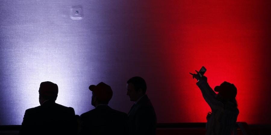 Silhuetas de participantes durante uma festa comemorando a eleição do candidato Republicano à presidência, Donald Trump, no hotel Hilton Midtown, em Nova York, na noite de 8 de novembro de 2016.