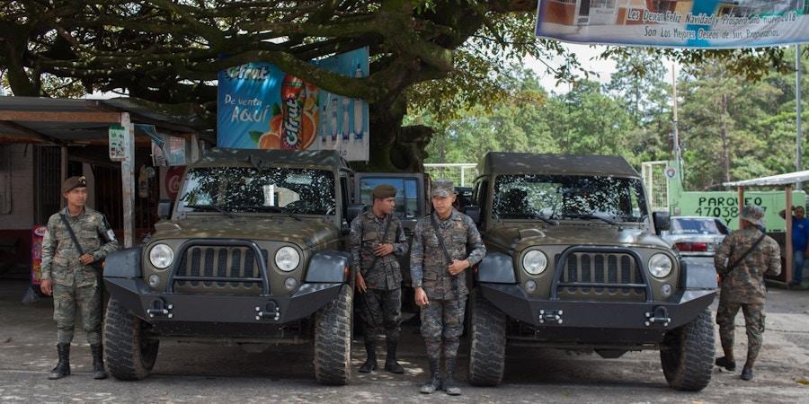 Jipes J8 doados pelos EUA e militares guatemaltecos perto da fronteira com Honduras, em Agua Caliente, no dia 22 de outubro de 2018.