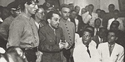 O líder comunista Luiz Carlos Prestes, ao centro, em julgamento pelo Tribunal de Segurança, 1937.
