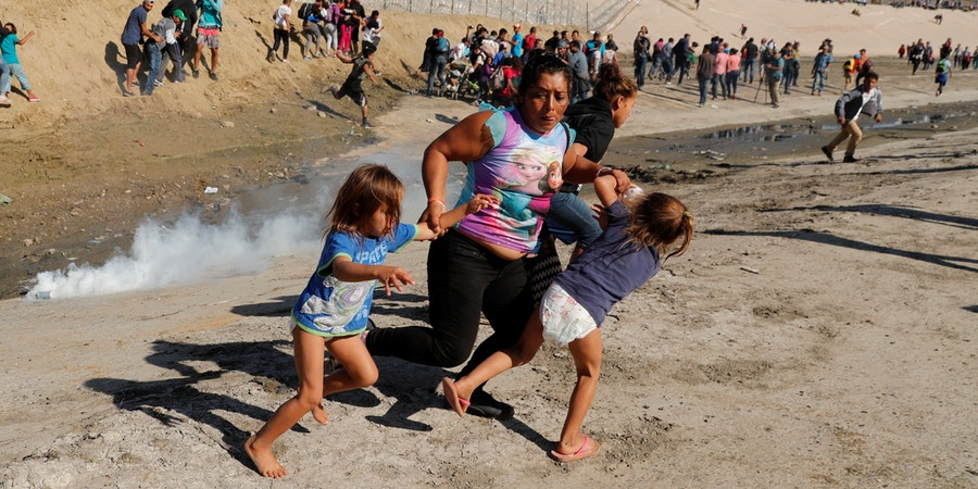 Maria Lila Meza Castro (C), a 39-year-old migrant woman from Honduras, part of a caravan of thousands from Central America trying to reach the United States, runs away from tear gas with her five-year-old twin daughters Saira Nalleli Mejia Meza (L) and Cheili Nalleli Mejia Meza (R) in front of the border wall between the U.S. and Mexico, in Tijuana, Mexico November 25, 2018. REUTERS/Kim Kyung-Hoon     TPX IMAGES OF THE DAY - RC1786AEC760
