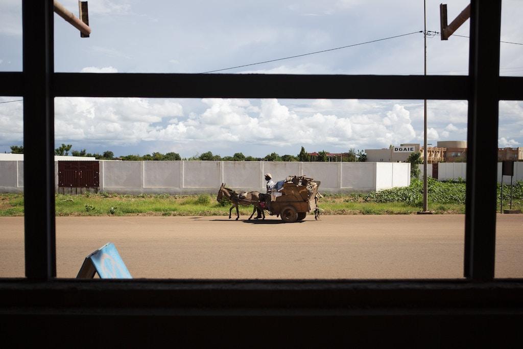 Um catador de lixo conduz sua carroça em uma rua fechada para o julgamento do ex-general Gilbert Diendéré e de outros conspiradores do golpe de 2015, no bairro de Ouaga 2000, em Uagadugu, Burkina Faso, no dia 28 de agosto de 2018.