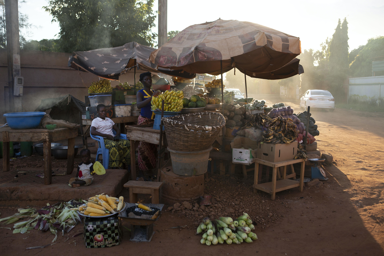 Uma vendedora de frutas e verduras no bairro de Ouaga 2000, onde o ex-general Gilbert Diendéré e os conspiradores de 2015 estão sendo julgados. Uagadugu, Burkina Faso, 28 de agosto de 2018.