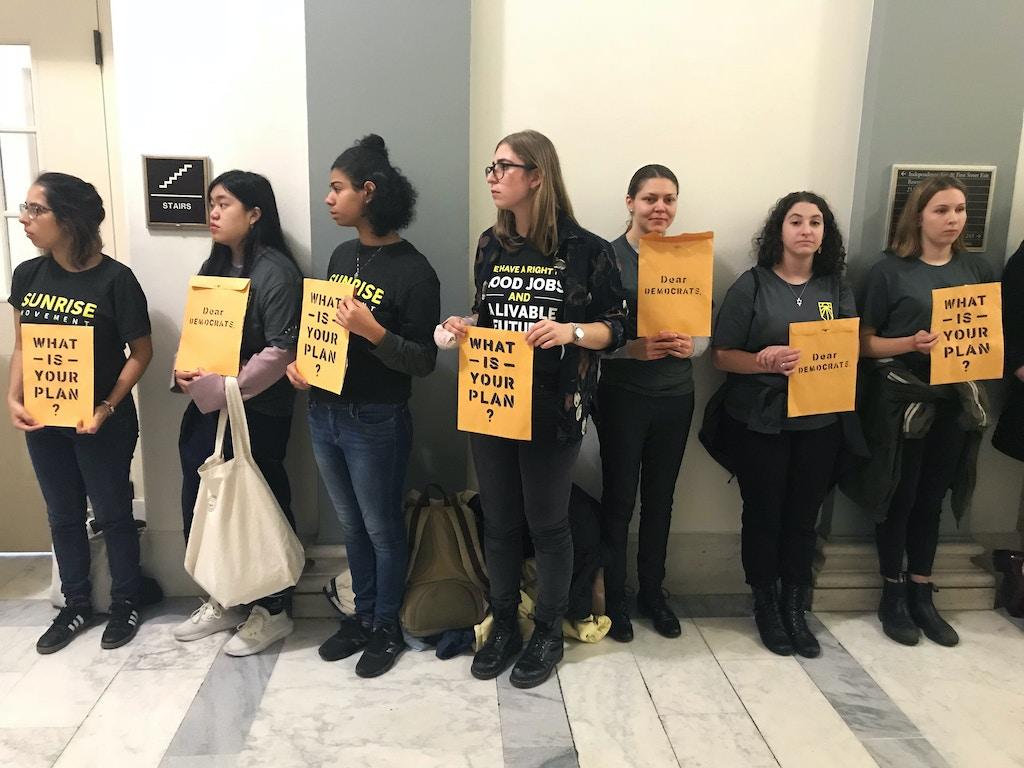 Ativistas do Sunrise Movement do lado de fora do escritório de Nancy Pelosi em Washington D.C., em 13 de novembro.